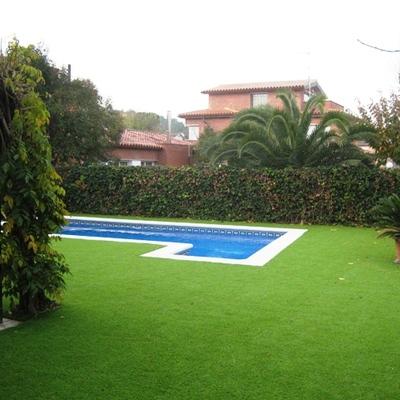 Césped artificial junto a piscina