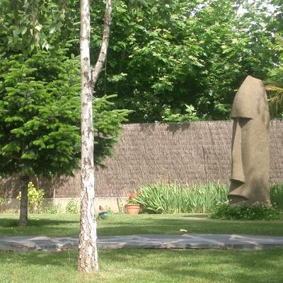 Detalle de moai de pascua en jardin