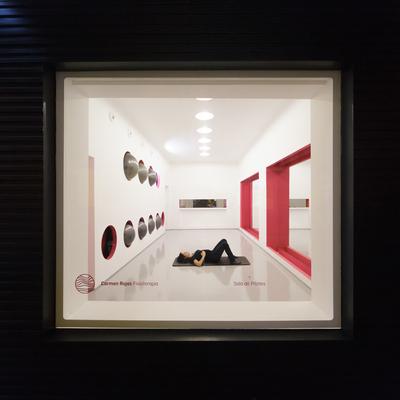 Vista desde la calle de sala de Pilates y gimnasio en clínica de Fisioterapia Carmen Rojas, en Calle Sol