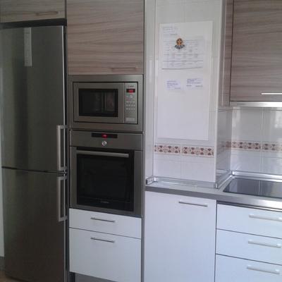 Cocina en dos colores: Blanco brillo y veta madera