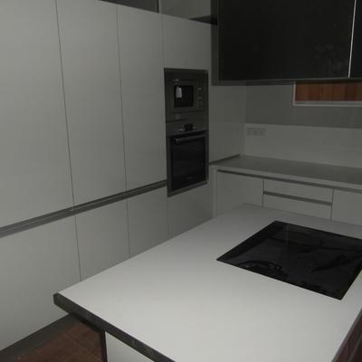 cocina blanco brillo-madera con tirador incorporado