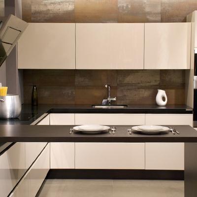Cocina con mesa transición del banco de cocina