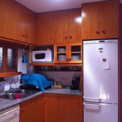 Cocina convertida de una cueva a un puesto de trabajo bien iluminado