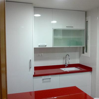 Cocina blanca y roja moderna