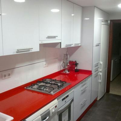 Ideas y fotos de cocina blanca y roja para inspirarte for Cocina blanca encimera roja
