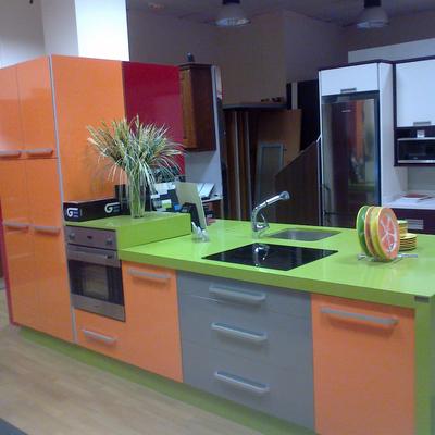 cocina en naranja brillo