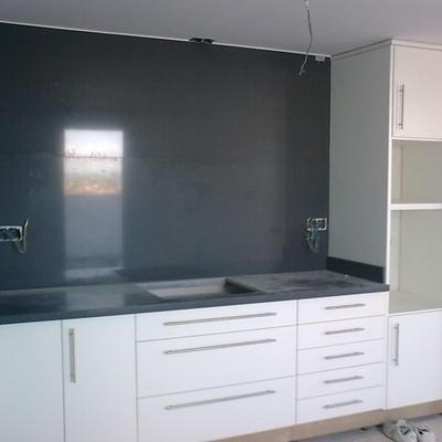 cocina en postformado blanco frente en granito negro