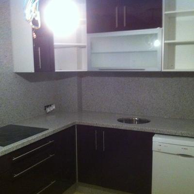cocina en pvc brillo violeta frente en granito blanco cristal