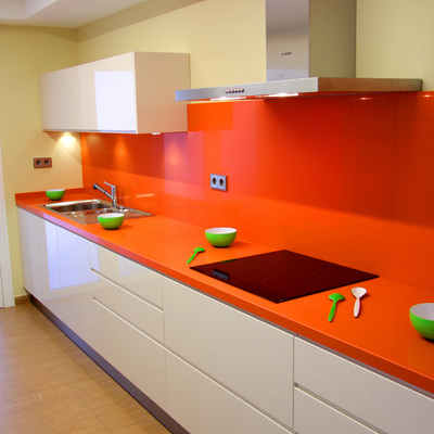 Cocina instalada en Tenerife, lacada brillo, con tirador de uñero.