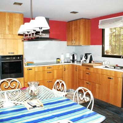Vista lateral de la Cocina y mesa