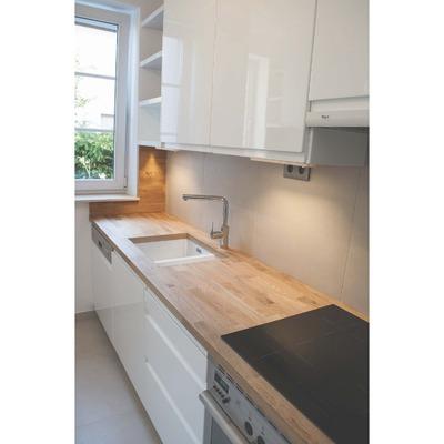 cocina lacada con encimera madera