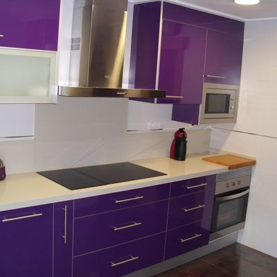 Ideas y fotos de muebles cocina morados para inspirarte for Cocinas moradas modernas