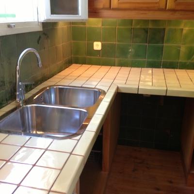 cocina rustica con encimera de azulejo
