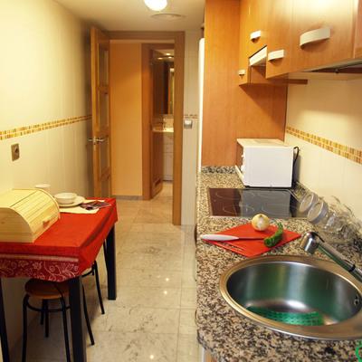 Cocina totalmente reformada con encimera de granito del piso reformado en Barrio Delicias