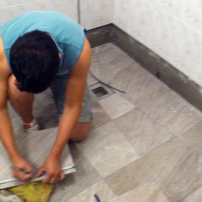 Colocando racholas en plato ducha de obra.