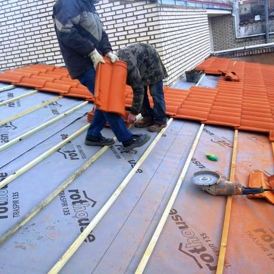 Colocando teja..