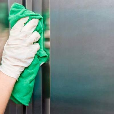 Personal de limpieza en pisos y comercios.