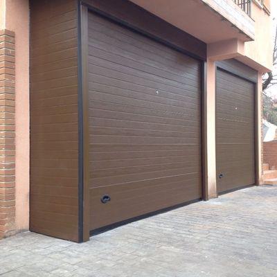 Conjunto de dos puertas seccionales panel