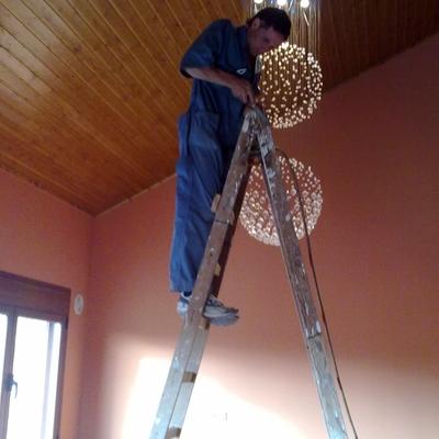 Construcción de falso techo de madera y colocación de Lampara