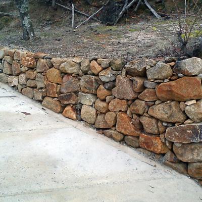 construccion de muros de piedra y cimentacion de caminos