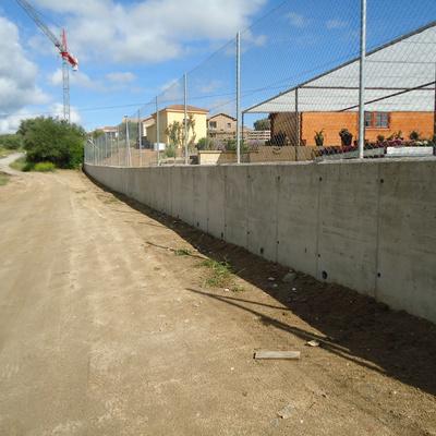 Construcción muro de hormigón.
