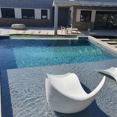 Construcción de piscina con zona relax