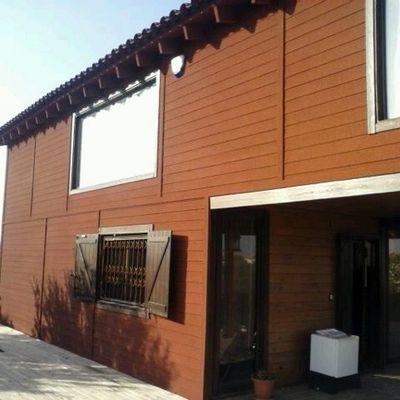 Corcho proyectado sobre casa de madera