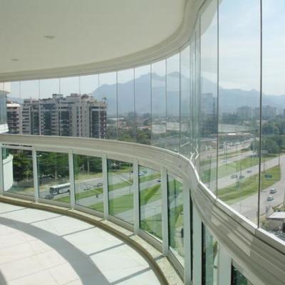 Cerramiento con cortina de cristal templado 10mm grosor