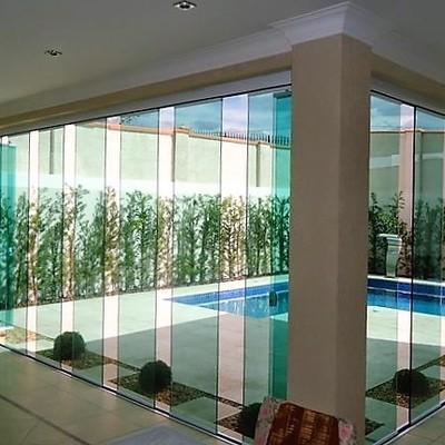 Instalación de cortina de cristal con vidrio de control solar en Marbella.