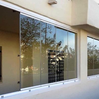 Instalación de cortina de cristal en Benalmadena.