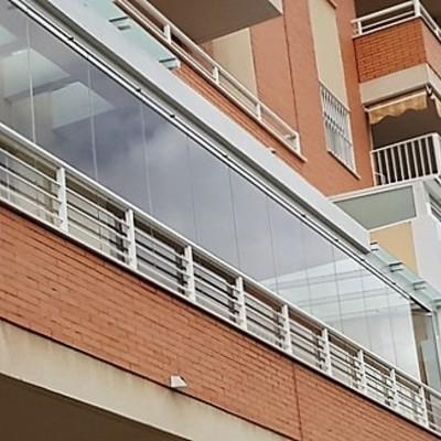 Instalación de cortina de cristal y techo fijo en Málaga.