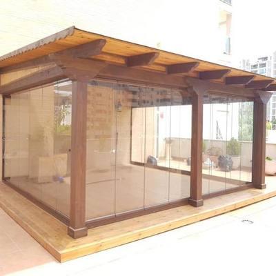 Porche de madera con cortina de cristal