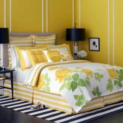 Cuarto pintado de amarillo y blanco.