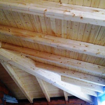 Cubierta de madera de pino.