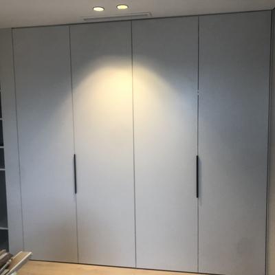 Frente armario empotrado con puertas lacadas