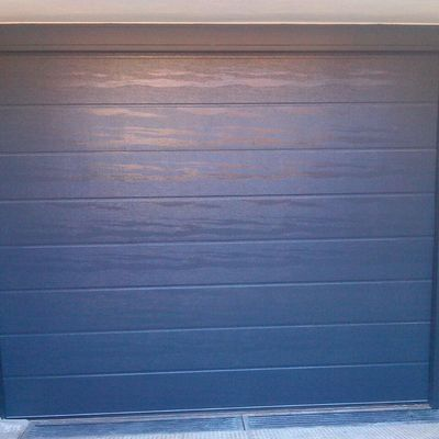 Puerta seccional gris antracita