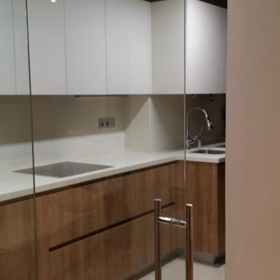 Cocina con puerta corredera de vidrio