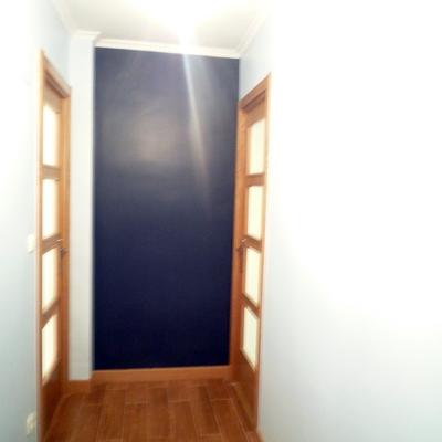 Decoración en pasillo. Puertas roble acristaladas.