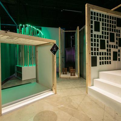 Decoración interior exposición 12 Fabulas Urbanas