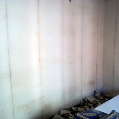 Después de quitar papel en paredes, previo a limpiar y pintar.
