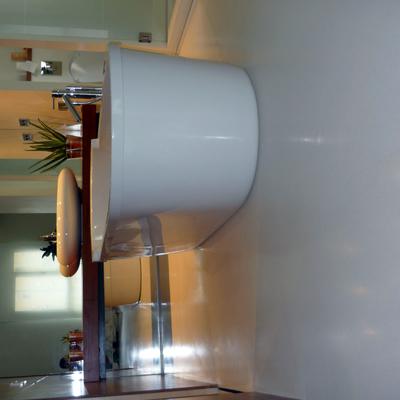 Detalle baño con pavimento de resina