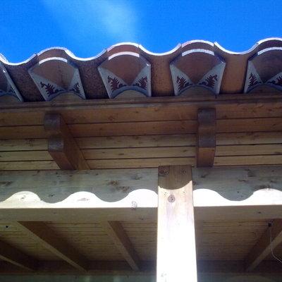 Detalle de alero con tejas decoradas.