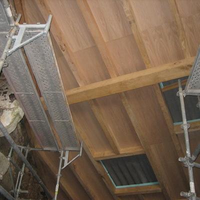detalle de cubierta en madera de castaño