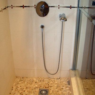 detalle ducha con suelo piedra