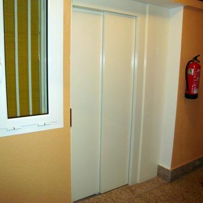 Detalle en puerta ascensor y rellano