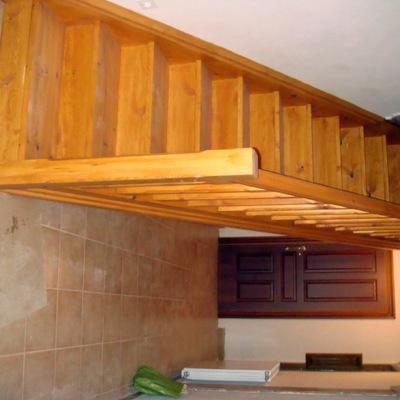 Detalle escalera de madera barnizada