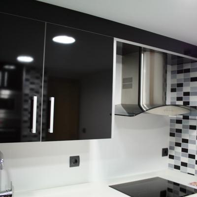 Detalle mobiliario cocina lacado en negro brillo con canto y tirador en aluminio