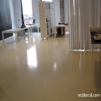 Detalle oficina con pavimento de resina