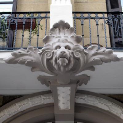 Detalle portal edificio Prim43, San Sebastián
