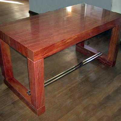 Diseño de mesa en Travertino Rojo Iraní y acero